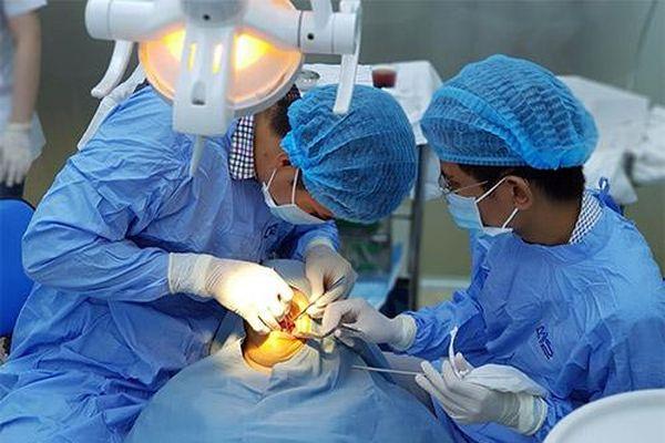 Chi 300 triệu đồng bọc răng sứ, người đàn ông phải nhổ toàn bộ răng thật