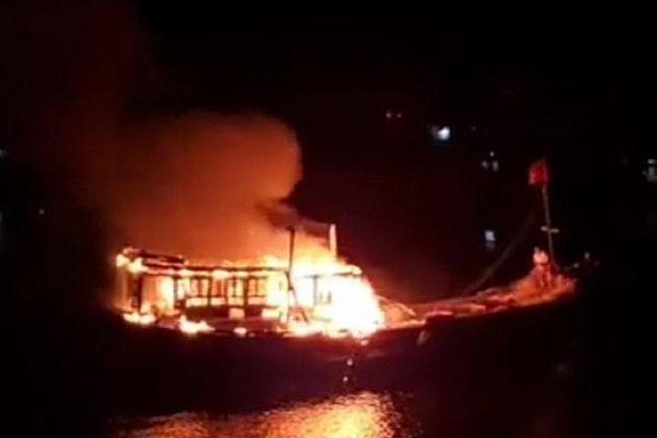 Quảng Ngãi: Tàu cá bốc cháy dữ dội lúc rạng sáng