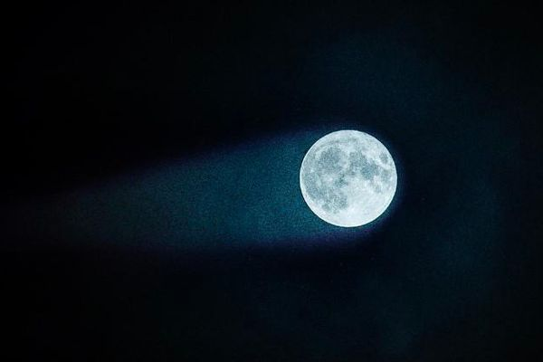 Lý giải hiện tượng Mặt trăng… có đuôi
