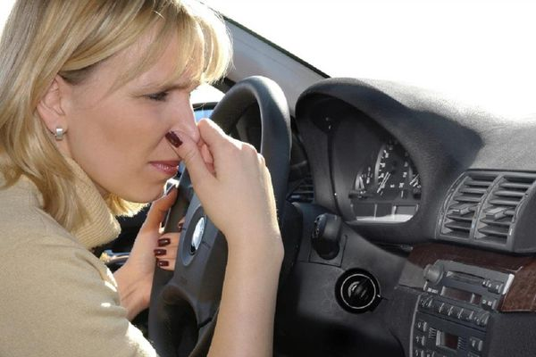 Những lý do khiến ô tô có mùi khí thải khó chịu
