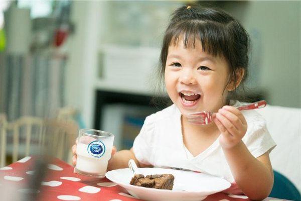 Cô Gái Hà Lan mách mẹ thời điểm uống sữa và cách bảo quản sữa tươi cho bé
