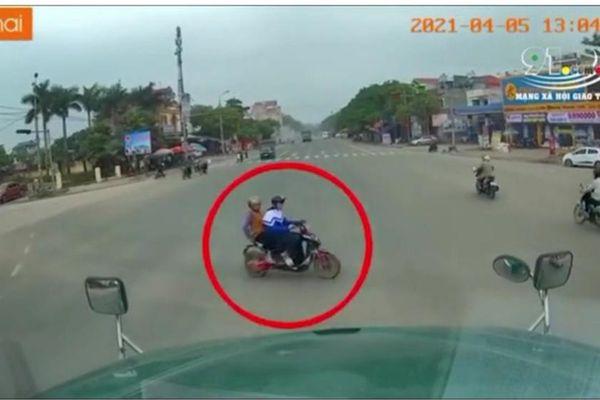 Bắc Giang: Cháu vượt đèn đỏ, bà nội ngồi sau xe tử vong