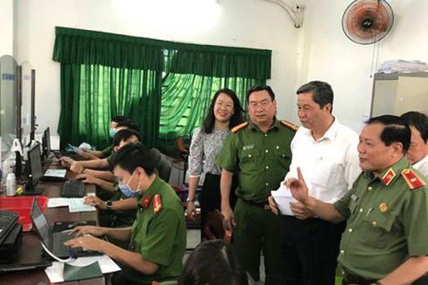 Đồng chí Phạm Văn Hiểu kiểm tra tiến độ cấp căn cước công dân có gắn chip tại quận Ninh Kiều