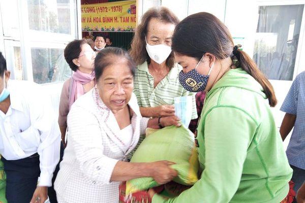 Tặng 300 phần quà đến bà con nghèo huyện Tam Nông