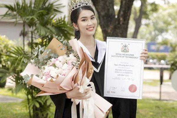 Phương Anh xinh đẹp rạng rỡ trong lễ tốt nghiệp