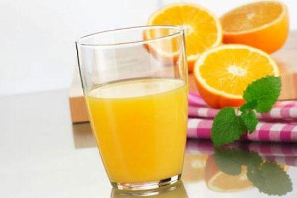 Nước cam rất tốt cho đề kháng nhưng có 3 nhóm người tuyệt đối không nên uống