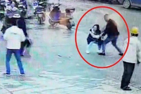Người phụ nữ bị đâm tới tử vong ngay giữa phố, thái độ của những người xung quanh gây phẫn nộ