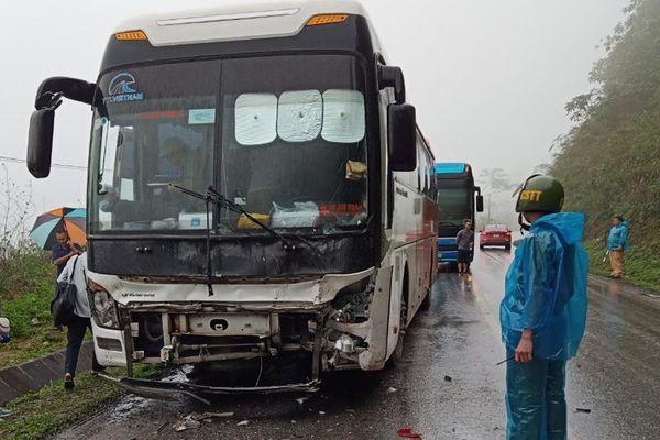 Ôtô con va chạm xe khách, 2 người chết