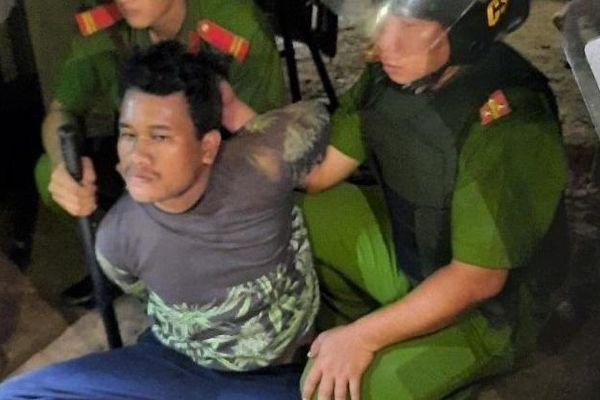 Sóc Trăng: Gã thanh niên cầm dao khống chế cháu gái ruột 3 tuổi, đòi công an đưa súng