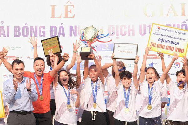 Khoảnh khắc nâng cúp vô địch của U19 Than KSVN