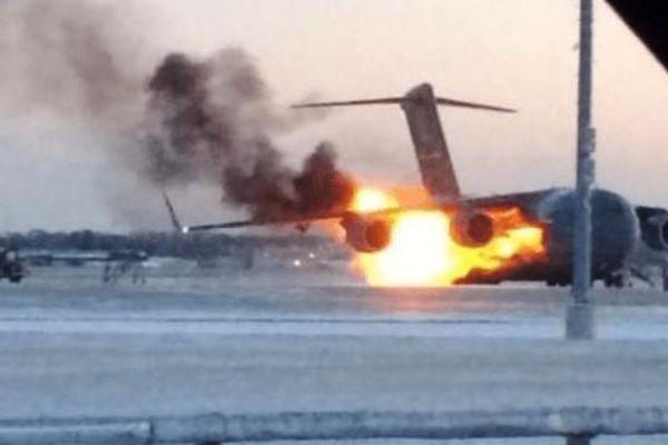 Siêu vận tải cơ Mỹ bốc cháy ngùn ngụt trên đường băng