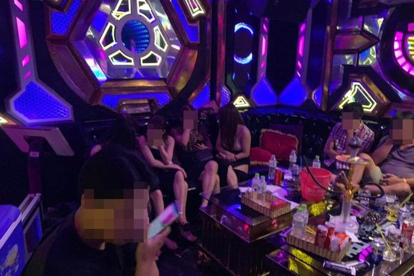 Nhiều cô gái phê ma túy trong quán karaoke