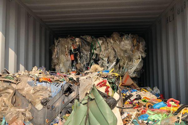 Sắp cưỡng chế xử lý hàng nghìn công-ten-nơ rác ngoại nằm cảng