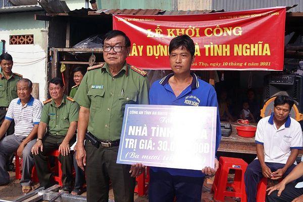 Công an tỉnh An Giang xây dựng nhà Tình nghĩa cho các gia đình khó khăn huyện Phú Tân