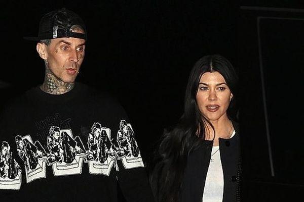 Kourtney Kardashian và bạn trai kém tuổi nắm tay tình cảm đi ăn tối