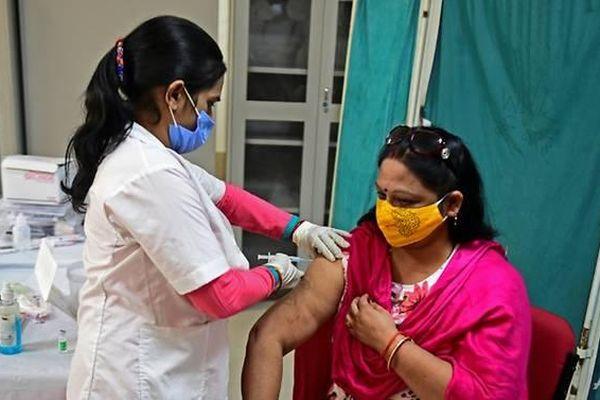 Nỗ lực tiêm vắc xin lâm vào bế tắc, nhiều nước phong tỏa chống Covid-19