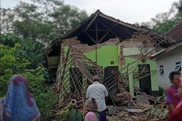 Động đất ở Indonesia, hàng trăm ngôi nhà bị tàn phá