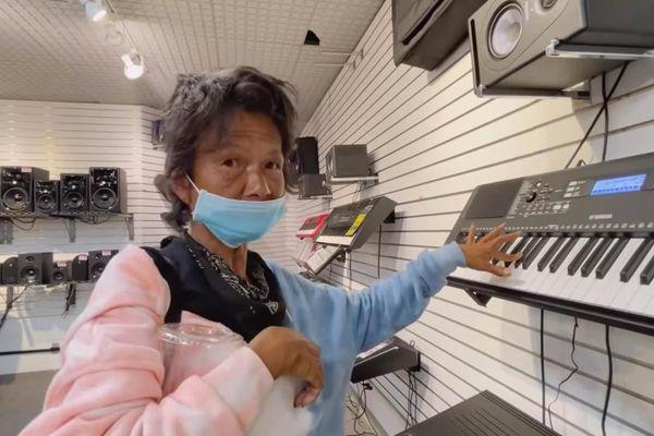 Ca sĩ Kim Ngân được danh hài Thúy Nga dẫn đi mua đàn tập hát