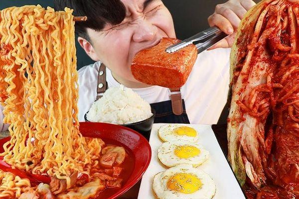 Trung Quốc mạnh tay với các video mukbang ăn nhậu 'siêu to khổng lồ'