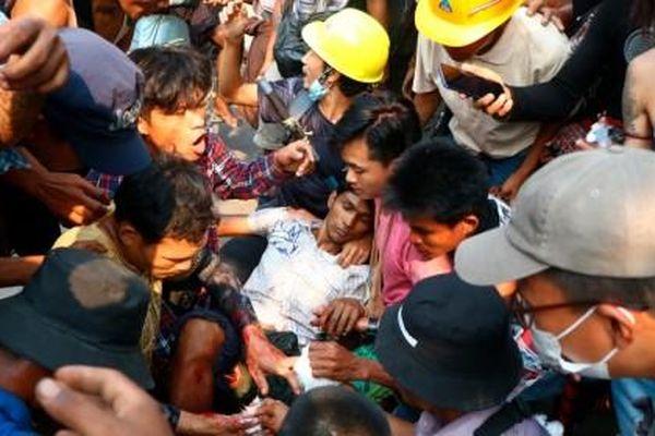 Ngày cuối tuần đẫm máu ở Myanmar: Hơn 80 người biểu tình thiệt mạng