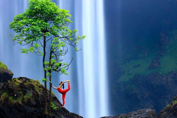 Cô gái trình diễn yoga bên thác nước
