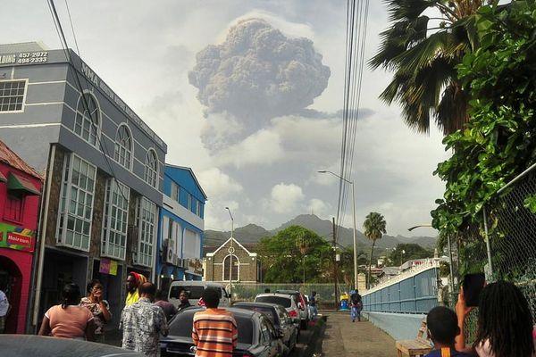Hoang mang quy định chỉ sơ tán người tiêm vaccine trước khi núi lửa phun trào