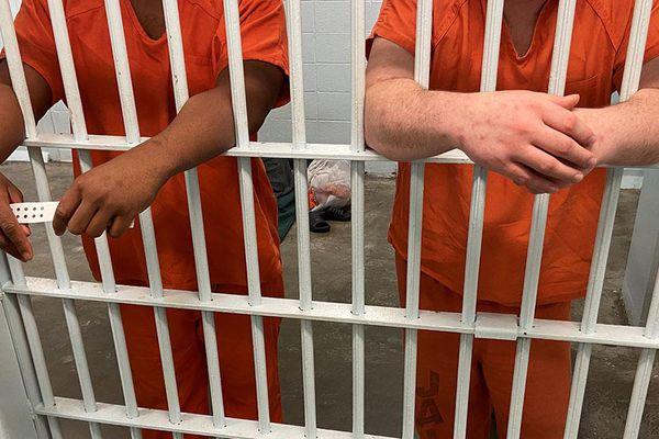 Hàng nghìn tù nhân Mỹ được thả do COVID-19 có thể phải quay lại phòng giam