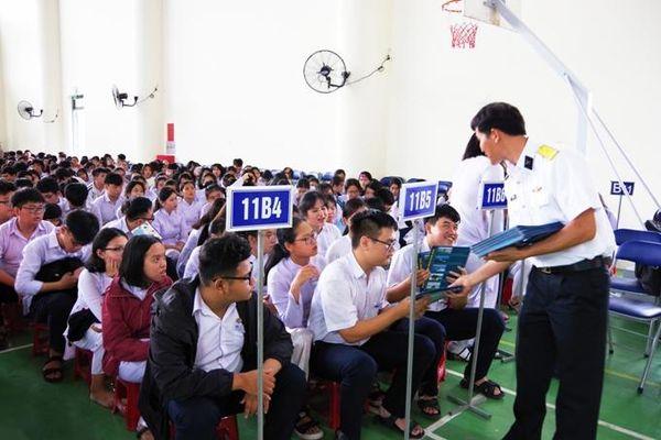 Tuyên truyền biển, đảo cho hơn 1.000 giáo viên, học sinh Trường THPT Phạm Văn Đồng