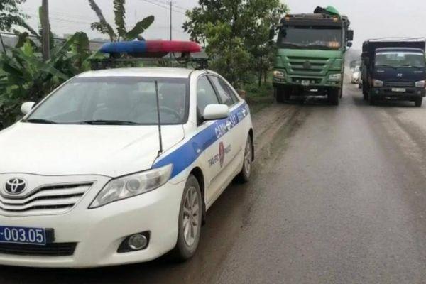 Tung đủ chiêu đối phó kiểm tra tải trọng xe, tài xế vẫn không thoát phạt