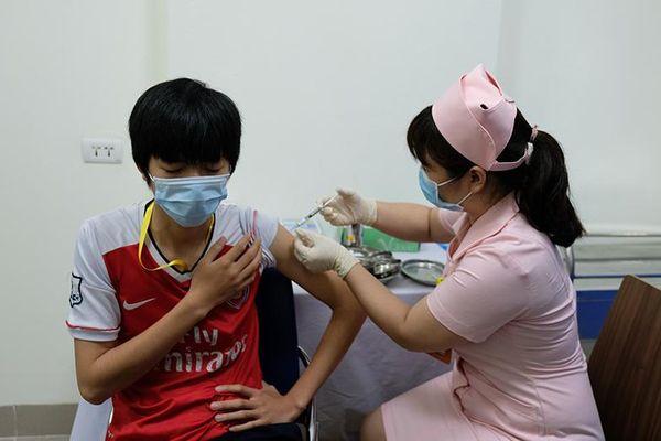 6 người đầu tiên tiêm thử nghiệm mũi 2 vaccine COVID-19 của Việt Nam
