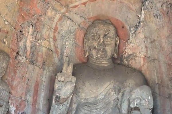 Tượng Phật giơ tay hình chữ V do phong hóa ở Trung Quốc