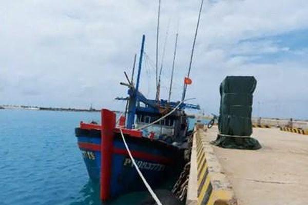 Khắc phục sự cố tàu cá ngư dân bị hỏng trên biển