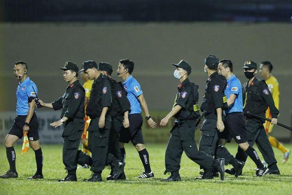 Trọng tài sân Thanh Hóa phải nhờ cảnh sát cơ động hộ tống rời sân