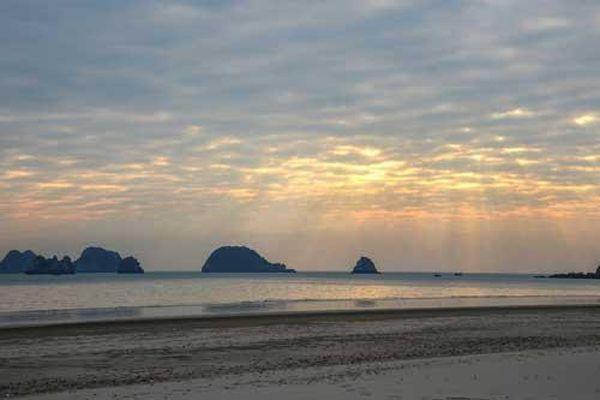 Những bãi biển hoang vắng tha hồ 'sống ảo' ở Quảng Ninh