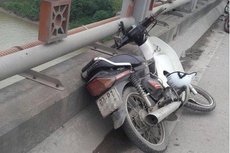 Hà Nội: Phát hiện nam thanh niên tử vong trên cầu Thanh Trì cạnh chiếc xe máy