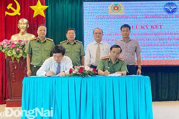 Công an tỉnh và Sở Thông - truyền thông ký kết quy chế phối hợp