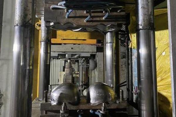 Đột kích xưởng sản xuất Nón Sơn dỏm 'khủng' ở TPHCM
