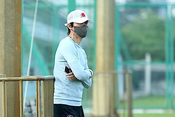 HLV Hàn Quốc đứng ngoài quan sát buổi tập của CLB Hà Nội
