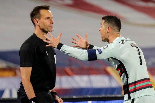 Trọng tài 'cướp' bàn thắng của Ronaldo nhận án phạt