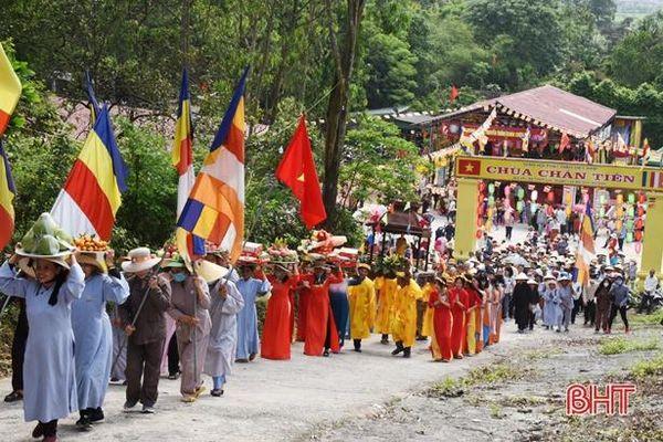 Hàng ngàn tăng ni, phật tử và du khách tham gia lễ hội chùa Chân Tiên