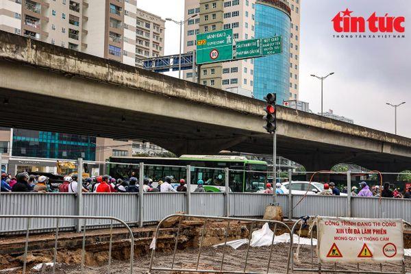 Thi công hầm chui sai thiết kế gây tắc đường Lê Văn Lương, Hà Nội
