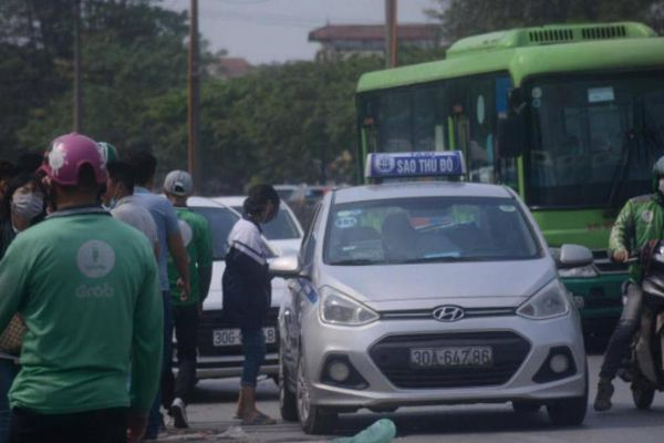 Chùm ảnh: Bát nháo taxi ngoại tỉnh 'lách luật' hoạt động ở Thủ đô