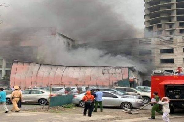 Cảnh sát PCCC gặp khó vì nhiều xe ô tô chắn lối vào xưởng in bị cháy