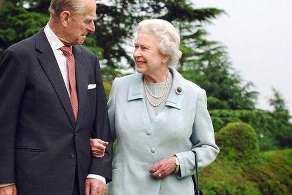 Hành động khẳng định 'tôi vẫn ổn' của Nữ hoàng Anh sau khi chồng mất khiến dân chúng nể phục