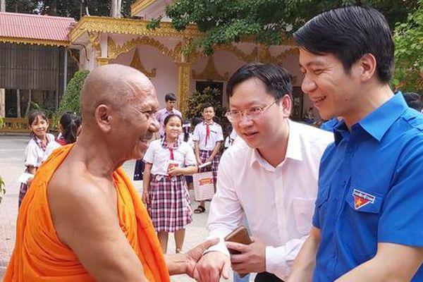 Bí thư Trung ương Đoàn chúc Tết đồng bào Khmer tại Trà Vinh
