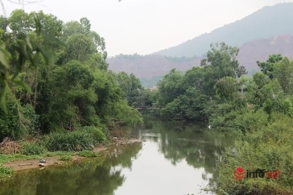 Dòng nước 'nhuộm đen' kênh Nhà Lê: Lấy 3 mẫu nước để phân tích