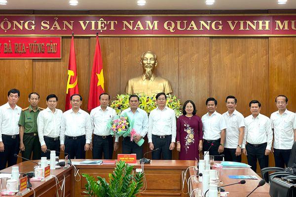 Lãnh đạo tỉnh chúc mừng Đại tá Phạm Phú Ý nhận nhiệm vụ Phó Tham mưu trưởng Quân khu 7