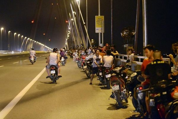 Dừng đỗ ôtô xe máy trên cầu bị xử phạt ra sao năm 2021?