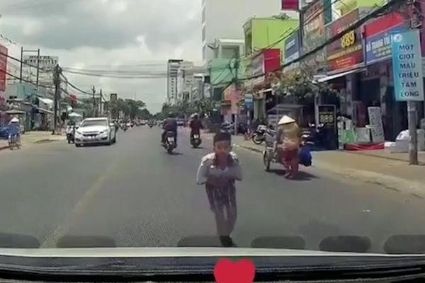 Học sinh khoanh tay, cúi đầu cảm ơn tài xế đã nhường đường