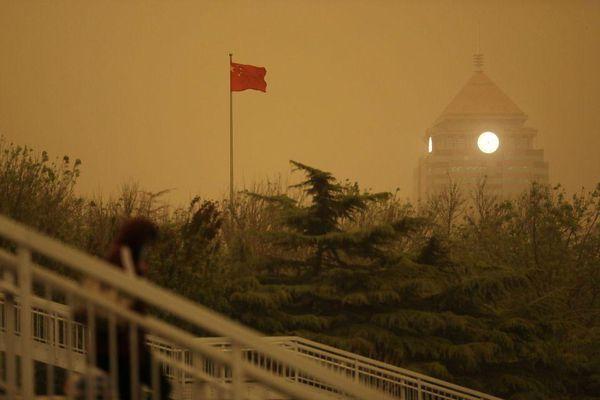 Ô nhiễm không khí lên mức nguy hại, bầu trời Bắc Kinh chuyển vàng